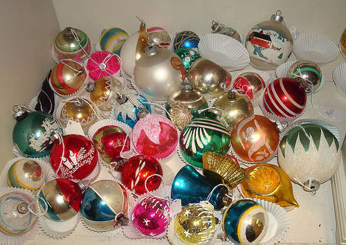 vintage-christmas-tree-ornaments-z9npj3mv
